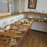 パン シャルマン - お店にはデニッシュからハード系のパンまで様々な焼きたてパンが並んでいました。  この日はこの中から4種類のパンを買ってみました。