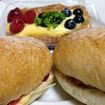 40766520 - 生ハム&チーズ(280円)とコンビーフ&キャベツ(280円)とラズベリー&ブルーベリー(220円)