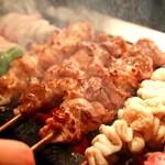 麻布 ふじ嶋 - 国産備長炭で外側はパリッとお肉はふっくら焼き上げます。