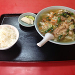明華飯店 - 料理写真:鶏そば。デフォルトでライスがついてきます。