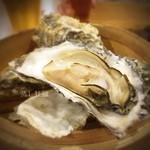 かき小屋フィーバー - ( ;´Д`)蒸し牡蠣 ✨ あつい旨い! #アメ村パトロール #せっかくのエキス #こぼす