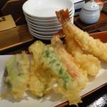 長岡屋 - 天ざるの天ぷらは海老×2、ズワイガニの脚も付きます