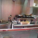 サモサ - 狭い厨房にタンドーリ窯。