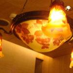 菜香新館 - シャンデリアはガレのサインが入っていました