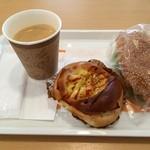 40784361 - イートインでホットコーヒーと惣菜パン