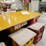 海鮮屋台 あみたつ - 椅子はビールケース