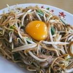 想夫恋 - 料理写真:焼きそば+生卵 ¥855(2015年8月現在)