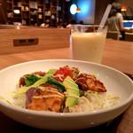 モスカフェ - チキンとアボカドのごはんと桂ウリのスムージー