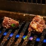 山田屋 - 2015.8 角切りハラミをガスロースターで焼きます