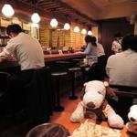 大阪トンテキ - 狭めの店内はカウンター席と2人掛の小さめテーブル席があります。ボキらはテーブル席に座ることに。席に着くと店員さんがテキパキとオーダーをとりに来られ見ていて気持ちがいいよ。