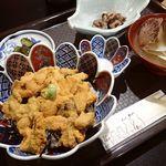 B・PORT - 料理写真:うに丼;房が大きく甘い.付合せの海鼠酢が嬉しい @2015/08/11