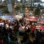 海 - 唐戸市場の様子です。 2階の通路から一望できます。 午前11時過ぎですが、ずいぶん観光客が多いいです。