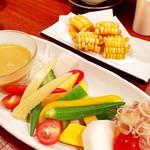 40806276 - 夏野菜のサラダ、特製ドレッシングが美味しい!                       奥のトウモロコシを揚げたものもビールに合う♪