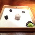 """40810478 - 2015年8月 シェフズテーブルにて、東京の""""セララバード""""のお料理を頂きました♪[枯山水]じゃがいも・アンチョビー・パセリ・バター"""