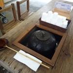 箱根・ルッカの森 - 茶釜で冷たいお茶のセルフサービス(≧▽≦)