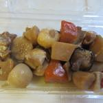 フレッシュ&ハーフプライス ベーカリー - 93円のお惣菜コーナーからは筑前煮を選んでお弁当と一緒にいただきました。