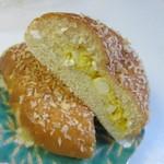 フレッシュ&ハーフプライス ベーカリー - 中に玉子サラダをギュっと詰めたパン。