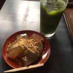 六花亭 - 夏の季節は団子がないのでわらび餅。 ちょっと休憩にはもってこいの場所ですね。
