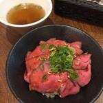 イートミート アット フランダーステイル - ローストビーフ丼+テールスープ