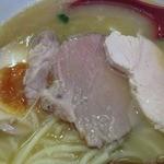 えびす丸 - 魚介×鶏白湯ラーメン(800円)豚・鶏チャーシューと煮卵半分