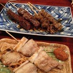 えんや - 牛レバー、鶏皮、豚バラの串焼き