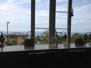 紬カフェ - 窓から海が見える