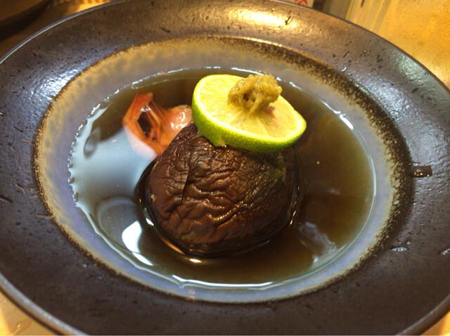 徳多和良 - 【丸茄子のエビスープ煮】(324円税込)割烹崩しぽい上品な一品。