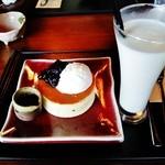 40852232 - 『練乳ミルクの白 パンケーキ』(900円)と『大美伊豆牧場のミルク』(450円)!!ミルクづくし~♪(^o^)丿
