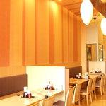 満天食堂一休そば - 内観写真:大きな窓から光が差し込み明るい店内を演出しています