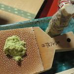 新井旅館 - 山葵をおろす