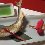 新井旅館 - 焼物:鮎塩焼き 山桃 手長海老 紅芯大根 はじかみ 蓼酢