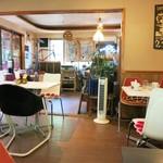 ガーデンカフェ マツムシコーヒー - 昭和チックな店内