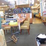 いとう漁協直営 漁師めしや 波魚波 - ファミレスを居抜きで使った店内。これはデニーズだったのかな?