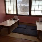 馬鹿盛ぽんぽこ - ⚫︎小上がりのテーブル席をパシャ