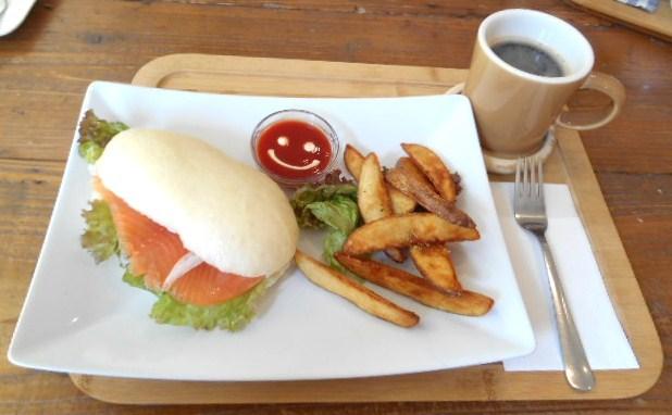 パン屋カフェ キャトル - スモークサーモンとクリームチーズの冷製パニーニ ポテトセット