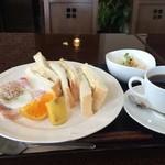 珈愛里會 - 料理写真:サンドイッチのモーニング600円に、ベーコンエッグ200円円をトッピング、トータル800円のモーニングセットです