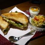 菊竹珈琲堂 - 【ベーコンと卵のサンドセット】ピリッとくるサルサソースがポイントです。画像にありませんがドリンクもセットです。