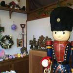 ステーキ共和国 - この人形たちの意味は何だろうか