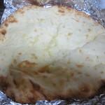 王様のカレー - お持ち帰りのチーズナン。