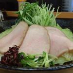 かみ - つけ野菜  は、キャベツ、キュウリ、ネギ、紅蓼、カイワレ、チャーシュー❤️  野菜の切り方と盛り付けが素晴らしい‼︎
