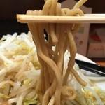 ラーメン 肉を喰らえ!! - 加水率低めで身がギュッと詰まったストレート中太麺。麺量230g。