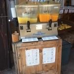 山清青果 - 冷たいみかんジュースと、ジューシーフルーツジュースが置かれていました。