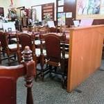 舟和 - 歴史を感じる店内、テーブルや椅子から女将さんまですべてが年季入っています