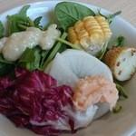 40889077 - サラダほうれん草にセリ、豆苗にトレビス、フルーツコーンなど充実の野菜バー