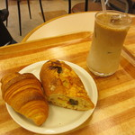 パン樹 久遠 - 天然酵母クロワッサン、大葉とトマトのフランスパン、アイスカフェラテ