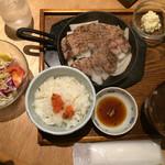 40892121 - 豚ステーキ定食(上方から)