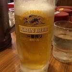 横浜家系ラーメン 町田商店 - やっと座れるー!しかも店内涼しいーー!! たまらずビール一気飲み。