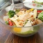40897346 - 6種の野菜とスパイシーグリルチキンのサラダ