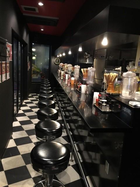 肉煮干し中華そば さいころ 中野本店 - 黒を基調としたスタイリッシュな店内。撮影許可済み。