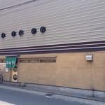 石臼そば - 大きな店舗に見えますが、薄っぺらいのです